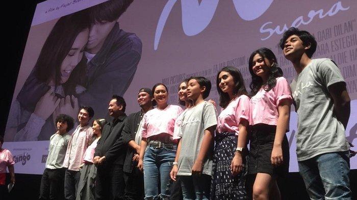 Para pemain dan tim produksi film Milea Suara Dari Dilan saat merilis poster dan official trailernya di XXI Epicentrum, Kuningan, Jakarta Selatan, Senin (9/12/2019).