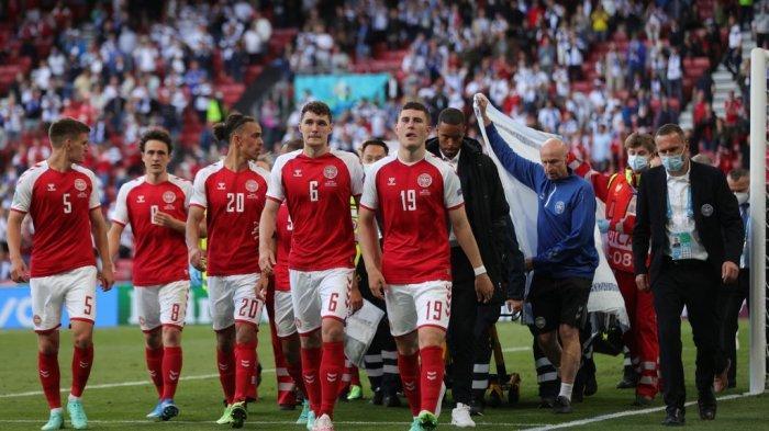 Para pemain Denmark mengawal paramedis saat mereka mengevakuasi gelandang Christian Eriksen (tidak terlihat) selama pertandingan sepak bola Grup B UEFA EURO 2020 antara Denmark dan Finlandia di Stadion Parken di Kopenhagen pada 12 Juni 2021.