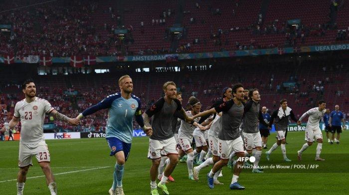 Para pemain Denmark merayakan kemenangan setelah memenangkan pertandingan sepak bola babak 16 besar UEFA EURO 2020 antara Wales dan Denmark di Johan Cruyff Arena di Amsterdam pada 26 Juni 2021. Piroschka van de Wouw / POOL / AFP