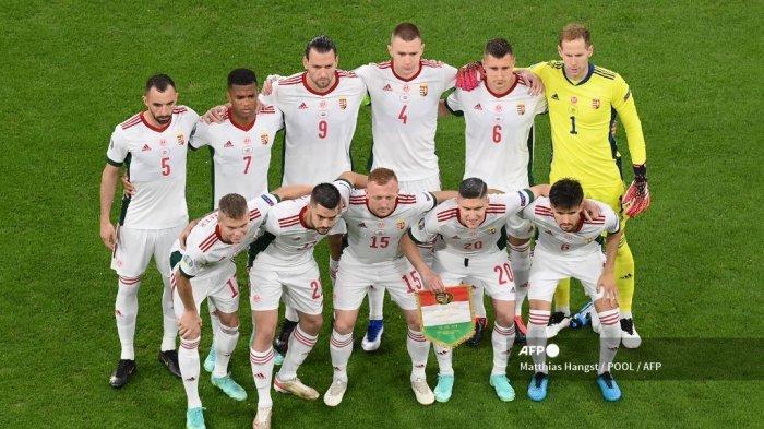 Para pemain Hongaria berpose untuk foto tim sebelum pertandingan sepak bola Grup F UEFA EURO 2020 antara Jerman dan Hongaria di Allianz Arena di Munich pada 23 Juni 2021.