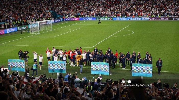 Para pemain Inggris merayakan dengan para penggemar setelah pertandingan sepak bola semifinal UEFA EURO 2020 antara Inggris dan Denmark di Stadion Wembley di London pada 7 Juli 2021.