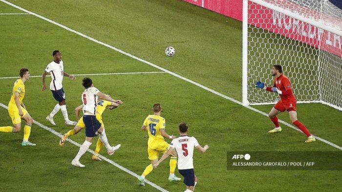 Para pemain Inggris merayakan gol kedua mereka selama pertandingan sepak bola perempat final UEFA EURO 2020 antara Ukraina dan Inggris di Stadion Olimpiade di Roma pada 3 Juli 2021. Alberto PIZZOLI / POOL / AFP