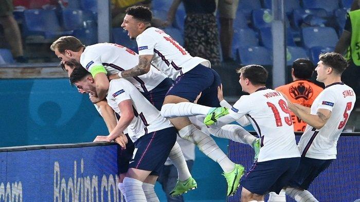 Para pemain Inggris merayakan gol kedua mereka selama pertandingan sepak bola perempat final UEFA EURO 2020 antara Ukraina dan Inggris di Stadion Olimpiade di Roma pada 3 Juli 2021.