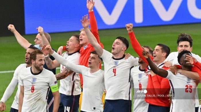 Para pemain Inggris merayakan kemenangan setelah memenangkan pertandingan sepak bola semifinal UEFA EURO 2020 antara Inggris dan Denmark di Stadion Wembley di London pada 7 Juli 2021. JUSTIN TALLIS / POOL / AFP