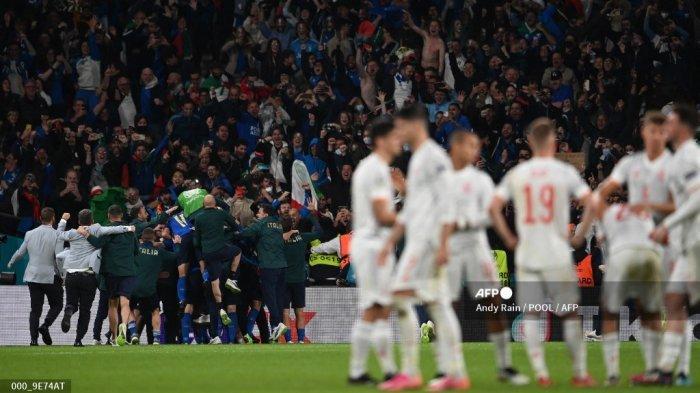 Para pemain Italia (kiri) merayakan kemenangan mereka dalam pertandingan sepak bola semifinal UEFA EURO 2020 antara Italia dan Spanyol di Stadion Wembley di London pada 6 Juli 2021. Andy Rain / POOL / AFP