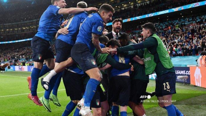 Para pemain Italia merayakan kemenangan setelah memenangkan pertandingan sepak bola semifinal UEFA EURO 2020 antara Italia dan Spanyol di Stadion Wembley di London pada 6 Juli 2021.