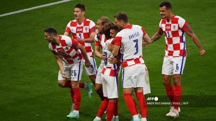 Para pemain Kroasia merayakan gol ketiga mereka selama pertandingan sepak bola Grup D UEFA EURO 2020 antara Kroasia dan Skotlandia di Hampden Park di Glasgow pada 22 Juni 2021. ANDY BUCHANAN / POOL / AFP