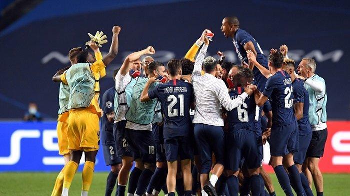 Para pemain Paris Saint-Germain merayakan kemenangan mereka di akhir pertandingan sepak bola semifinal Liga Champions UEFA antara Leipzig dan Paris Saint-Germain di stadion Luz, di Lisbon pada 18 Agustus 2020. David Ramos / POOL / AFP