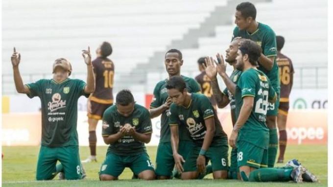 Para pemain Persebaya merayakan gol David da Silva (dua dari kanan) ke gawang PSM Makassar.