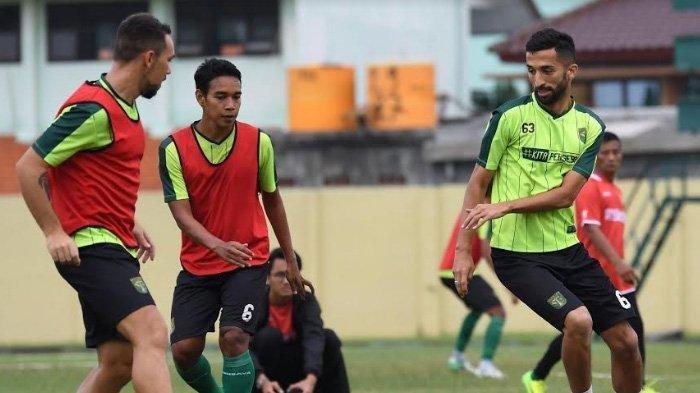 Para pemain Persebaya Surabaya berlatih jelang laga leg 1 babak semifinal Piala Presiden 2019 melawan Madura United. Di latihan ini, sejumlah pemain absen. Salah satunya Ruben Sanadi.