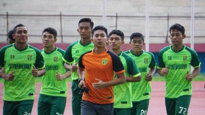 Para pemain Persebaya Surabaya mengikuti latihan perdana di Stadion Gelora Delta Sidoarjo, Senin (6/1/2020).