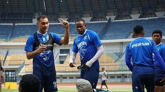 Para pemain Persib Bandung dalam latihan di Stadion Gelora Bandung Lautan Api pada Rabu (22/1/2020).