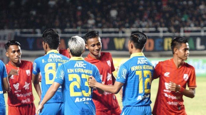Para Pemain Persis Solo dan Persib Bandung bersalaman menjelang pertandingan, Sabtu (15/2/2020) (Tribunnews.com/Sina)