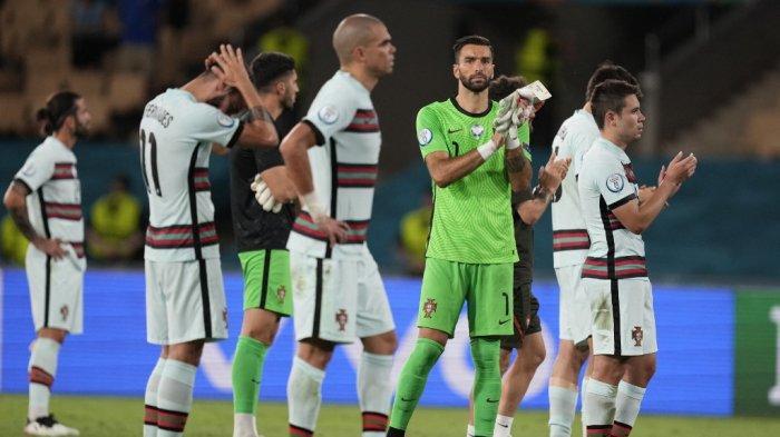 Para pemain Portugal menyapa para pendukung setelah pertandingan sepak bola babak 16 besar UEFA EURO 2020 antara Belgia dan Portugal di Stadion La Cartuja di Seville pada 27 Juni 2021. THANASSIS STAVRAKIS / POOL / AFP