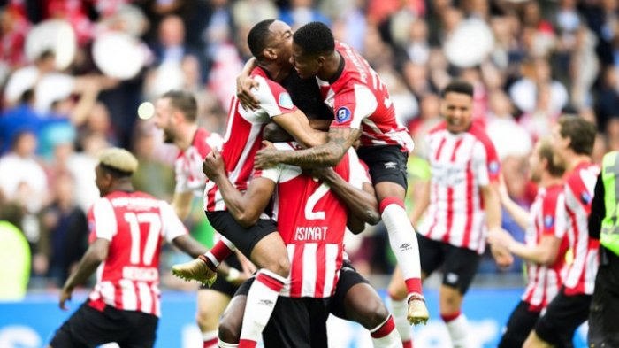 Para pemain PSV Eindhoven merayakan keberhasilan meraih gelar juara Liga Belanda seusai mengalahkan Ajax Amsterdam dalam laga di Philips Stadion, Minggu (15/4/2018).