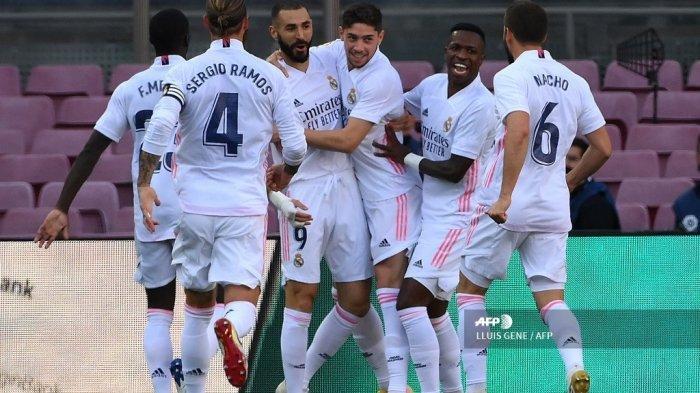 Para pemain Real Madrid merayakan setelah mencetak gol dalam pertandingan sepak bola Liga Spanyol antara Barcelona dan Real Madrid di stadion Camp Nou di Barcelona pada 24 Oktober 2020. LLUIS GENE / AFP