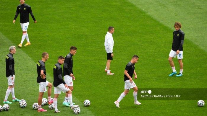 Para pemain Republik Ceko melakukan pemanasan menjelang pertandingan sepak bola Grup D UEFA EURO 2020 antara Skotlandia dan Republik Ceko di Hampden Park di Glasgow pada 14 Juni 2021.