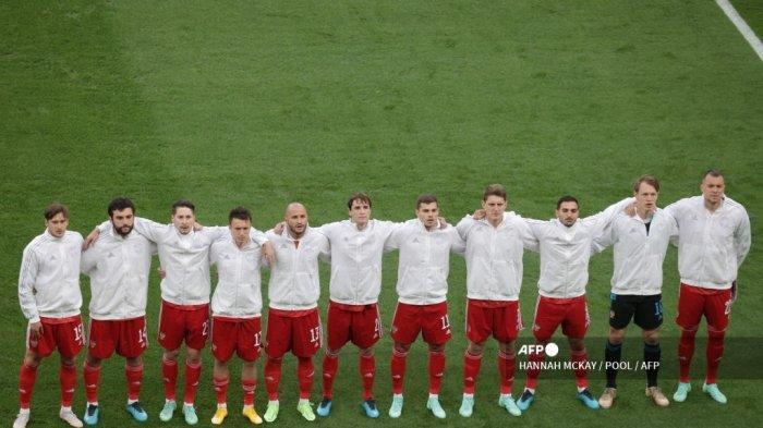 Para pemain Rusia berbaris sebelum dimulainya pertandingan sepak bola Grup B UEFA EURO 2020 antara Rusia dan Denmark di Stadion Parken di Kopenhagen pada 21 Juni 2021.