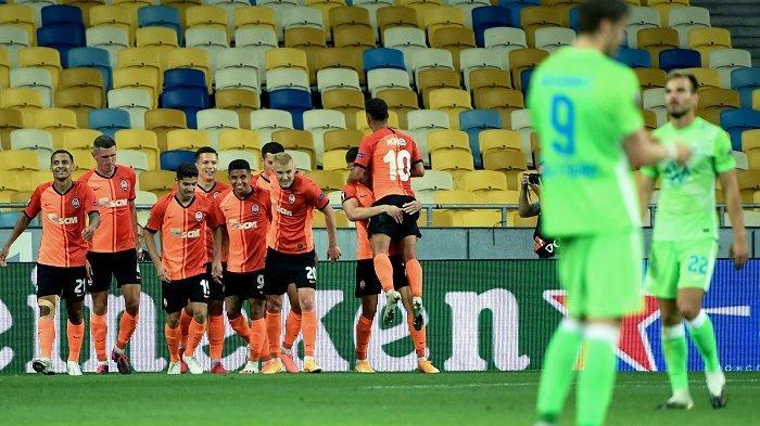 Para pemain Shakhtar Donetsk merayakan gol selama putaran 16 pertandingan leg kedua UEFA Europa League antara FC Shakhtar Donetsk dan VfL Wolfsburg di stadion NSK Olimpiyskiy Kiev pada 5 Agustus 2020. Sergei SUPINSKY / AFP