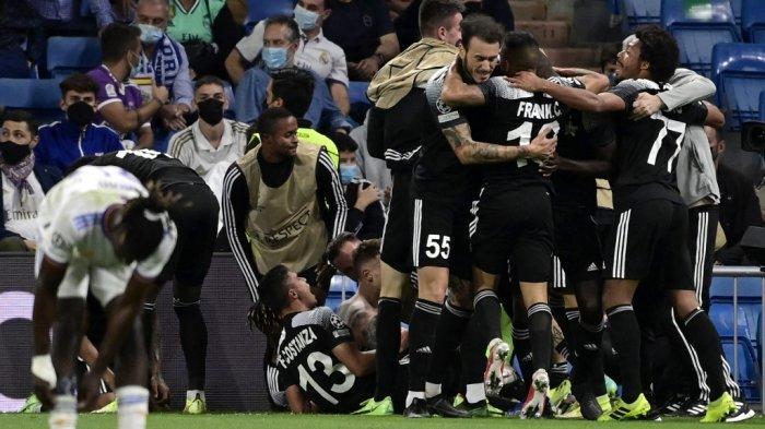 Para pemain Sheriff merayakan gol kedua mereka selama pertandingan sepak bola grup D putaran pertama Liga Champions UEFA antara Real Madrid dan Sheriff Tiraspol di stadion Santiago Bernabeu di Madrid, pada 28 September 2021. JAVIER SORIANO / AFP