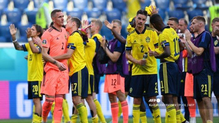 Para pemain Swedia merayakan akhir pertandingan sepak bola Grup E UEFA EURO 2020 antara Swedia dan Slovakia di Stadion Saint Petersburg di Saint Petersburg pada 18 Juni 2021. Kirill KUDRYAVTSEV / POOL / AFP