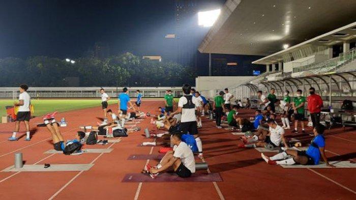 Para pemain Timnas Indonesia saat menjalani pemanasan sebelum berlatih di Stadion Madya, Senayan, Jakarta, Selasa (11/5/2021) malam.