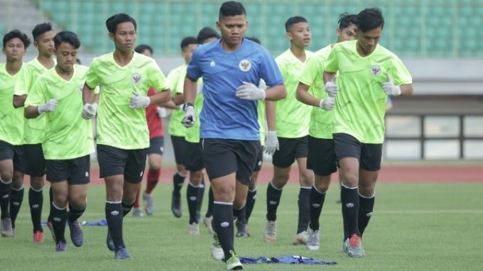 Para pemain Timnas Indonesia U-16 mengikuti agenda pemusatan latihan di Stadion Patriot Candrabhaga, Bekasi, Senin (6/7/2020).