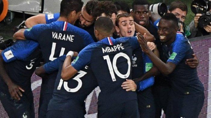 Para pemain Timnas Perancis merayakan gol Samuel Umtiti ke gawang Belgia pada pertandingan semifinal Piala Dunia 2018 di St. Petersburg, 10 Juli 2018.