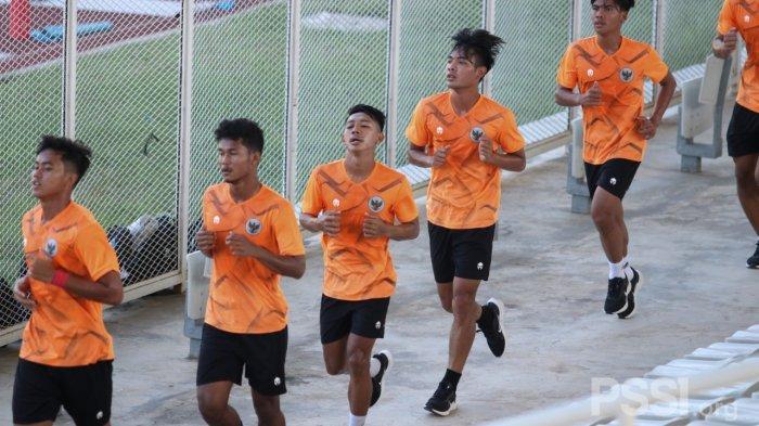Para pemain Timnas U-19 Indonesia saat menjalani latihan fisik pada hari perdana TC di Stadion Madya, Senayan, Jakarta, Senin (16/11/2020).