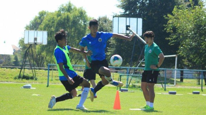 Para pemain Timnas U-19 Indonesia mendapatkan materi latihan pemulihan oleh Shin Tae-yong di Lapangan NK Mura, Hlapi?ina, pada Rabu (9/9/2020) waktu setempat.