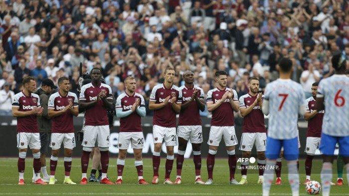 Para pemain West Ham & Manchester United mengamati tepuk tangan satu menit untuk Jimmy Greaves