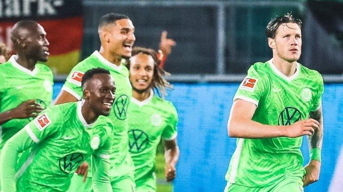 Para Pemain Wolfsburg Merayakan gol