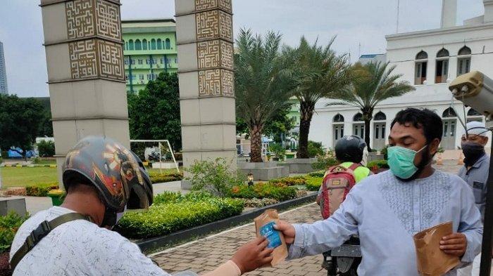 Masjid Agung Al Azhar Bagikan 400 Takjil Kepada Pengendara Motor Secara Drive Thru