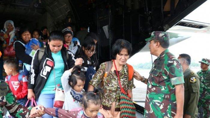 Para pengungsi dari Wamena, Kabupaten Jayawijaya, Papua, tiba di LanudSilas Papare Jayapura, Jumat (27/9/2019).