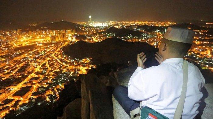 Para peziarah mendaki Jabal Nur menuju Gua Hira pada Senin (26/8/2019). Gua Huta adalah tempat Nabi Muhammad SAW menerima wahyu pertama dari Allah SWT. (Tribunnews/Bahauddin/MCH2019).