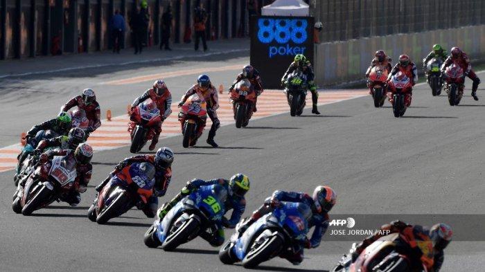 Pembalap berkompetisi di awal balapan MotoGP di Grand Prix Eropa di sirkuit Ricardo Tormo di Valencia pada 8 November 2020. JOSE JORDAN / AFP