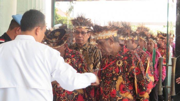 Para tokoh asal Papua dan Papua Barat memasuki Istana untuk melakukan pertemuan dengan Presiden Jokowi.