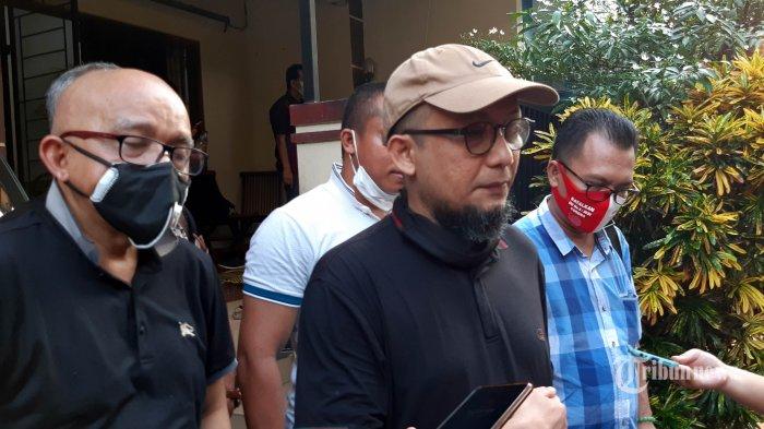 Penyidik KPK Novel Baswedan memberikan keterangan kepada jurnalis di kediamannya, Kelapa Gading, Jakarta Utara, Minggu (14/6/2020). Novel didatangi sejumlah aktivis dan ahli hukum terkait persidangan kasus penyiraman air keras yang menimpa dirinya. Dalam kesempatan tersebut tokoh-tokoh seperti Refly Harun, Said Didu, Bambang Widjojanto, dan Rocky Gerung sepakat untuk membentuk New Kawanan Pencari Keadilan (New KPK). TRIBUNNEWS/FAHDI FAHLEVI
