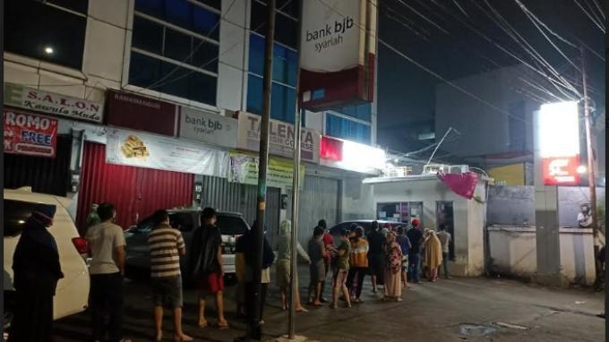 Bansos Cair Rp 600.000 Hari ini, Warga Antre di ATM Bank DKI Rawamangun