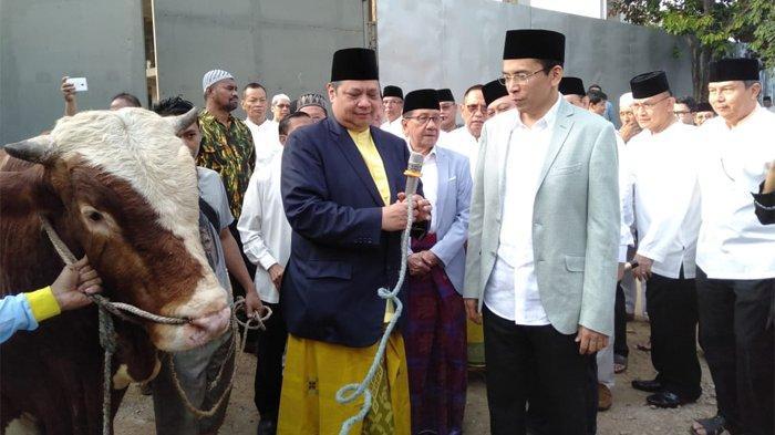 Partai Golkar menyembelih 24 ekor sapi di Hari Raya Idul Adha 1440 H tahun ini. Kurban dilakukan di DPP Golkar, Jalan Angrek Neli Murni, Slipi, Jakarta, Minggu (11/8/2019) diikuti pengurus DPP Golkar hingga politisi senior Golkar.