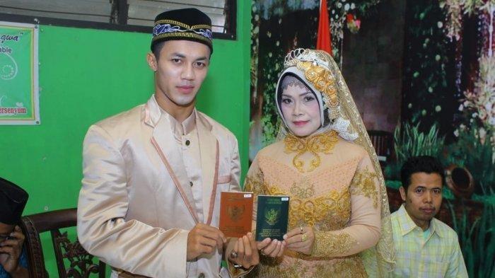 Destoko (24) dan Rasmiati (50), sepasang kekasih terpaut usia cukup jauh dan akhirnya menikah.