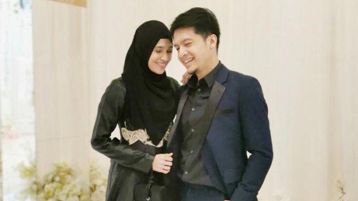 Pasangan Dhini Aminarti dan Dimas Seto.