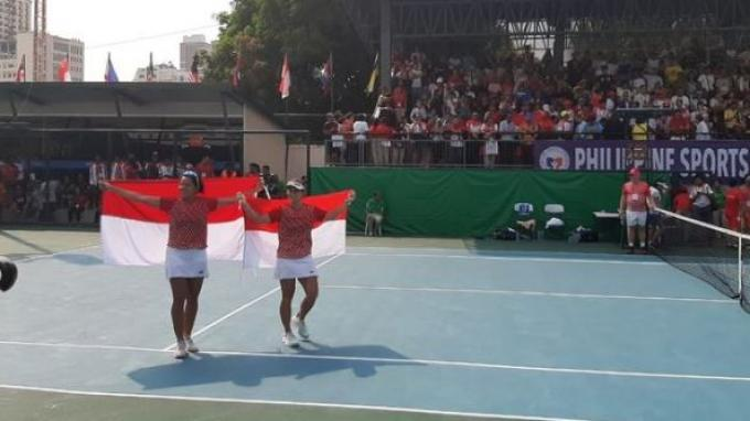 Pasangan ganda putri indonesia, Jessy Rompies/Beatrice Gumulya, berpose setelah mendapat medali emas tenis SEA Games 2019 di Rizal Memorial Tennis Center, Filipina, Sabtu (7/12/2019).