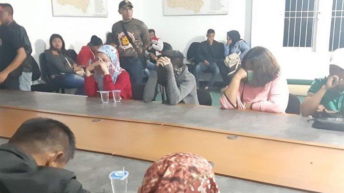 Pasangan pelajar mesum diinterogasi anggota Satpol PP Sumedang, Jawa Barat dari sebuah hotel, Sabtu (31/8/2019). KOMPAS.COM/AAM AMINULLAH