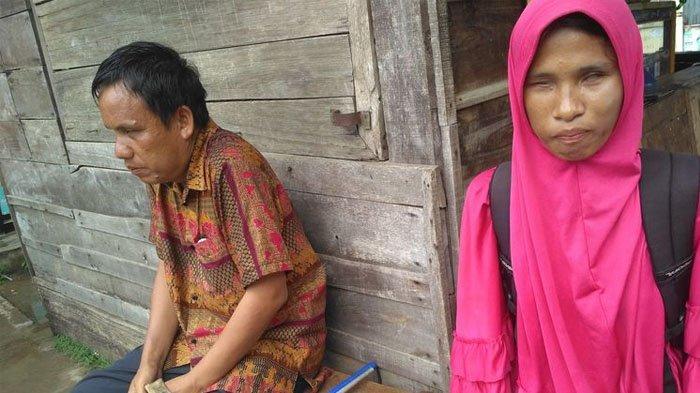 Tiap Hari Jalan Berdua Sambil Pikul Keranjang Keripik, Cinta Pasangan Tunanetra Ini Menginspirasi