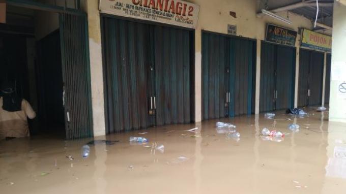 Lantai Dasar Pasar Cipulir Terendam Banjir Sepinggang Orang Dewasa, Listrik Dipadamkan