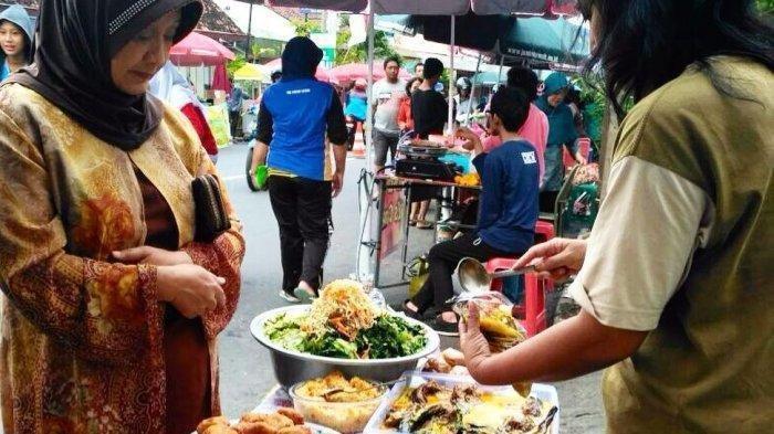 Takjil hingga aneka lauk yang dijajakan di Pasar Ramadan Pakualaman.