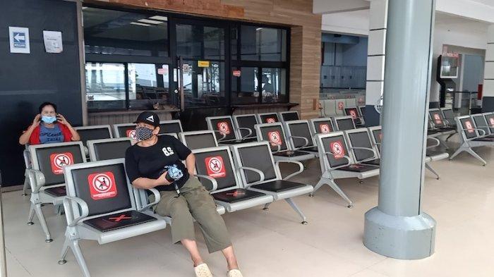 Stasiun Pasar Senen minim aktivitas calon penumpang kereta api (KA) Kamis (6/5/2021). Hanya ada dua calon penumpang kereta di pintu keberangkatan KA di Stasiun Pasar Senen