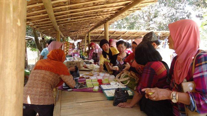 Pasar Srawung di Desa Menari Tanon