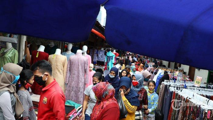 Warga berbelanja pakaian yang dijual pedagang kaki lima di atas trotoar Jalan Jati Baru Raya, Tanah Abang, Jakarta, Senin (18/5/2020). Meski kawasan niaga Pasar Tanah Abang telah tutup selama masa Pembatasan Sosial Berskala Besar (PSBB), namun sebagian oknum pedagang tetap menggelar lapaknya di sejumlah titik seperti di atas trotoar dan di gang perkampungan setempat. TRIBUNNEWS/IRWAN RISMAWAN